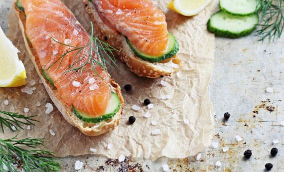 crostini di pane al sesamo con salmone